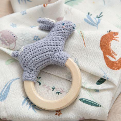 Sebra Häkel-Rassel Bluebell das Kaninchen auf Holzring Dreamy Lavender
