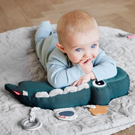 Done by Deer Activity-Kuscheltier Tummy Time Croco Green