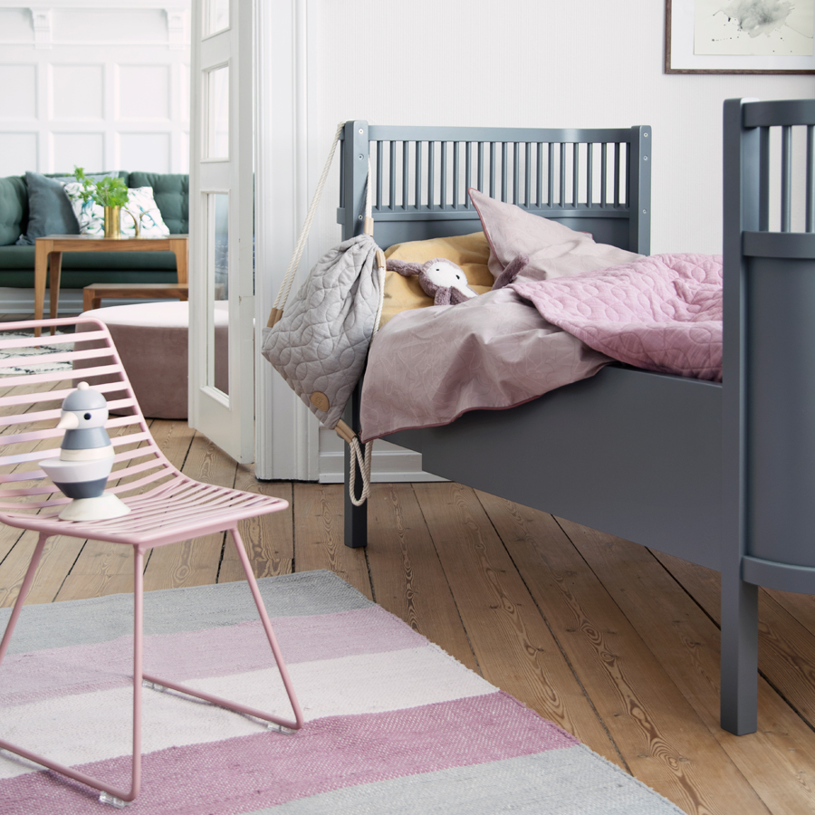 sebra baby kinderbett dunkelgrau online kaufen emil paula kids. Black Bedroom Furniture Sets. Home Design Ideas